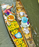 Sprzedawania jedzenie na łodzi przy spławowym rynkiem, Tajlandia Zdjęcia Stock