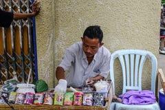 Sprzedawanie betlu li?? przy rynkiem w Yangon, Myanmar obrazy stock