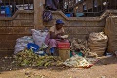 Sprzedawanie kukurydza przy rynkiem obrazy royalty free