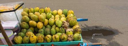 Sprzedawanie mango używać drewnianą furę przy Pasar Minggu tradycyjną Targową fotografią brać w Dżakarta Indonezja Obraz Royalty Free