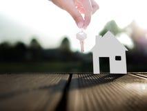 Sprzedawanie nieruchomości pojęcie z domem i klucz od agenta nieruchomości Fotografia Royalty Free