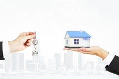 Sprzedawanie nieruchomości pojęcie z kluczem i domem Zdjęcia Royalty Free