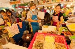 Sprzedawców ulicznych i fast food kuchenek bubla egzota naczynia z Obrazy Royalty Free