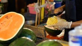 Sprzedawca czyści ananasa za kontuarem z nożem azjatykcia karmowa ulica Tajlandia zbiory wideo