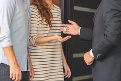 Sprzedawca daje kluczom nabywcy Zdjęcia Stock