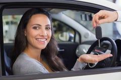 Sprzedawca daje kluczom uśmiechnięta kobieta Obrazy Stock