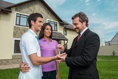 Sprzedawca daje kluczom właściciele posesji Fotografia Stock