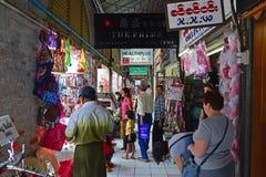 Sprzedawca i sklepy sprzedaje wzdłuż plenerowego korytarza Bogyoke Wprowadzać na rynek Obrazy Royalty Free