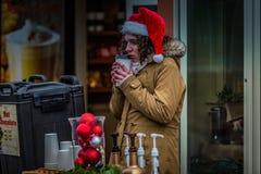 Sprzedawca Jest ubranym Santa nakrętkę Zdjęcie Royalty Free