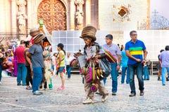 Sprzedawca kapelusz na Texco tradycyjnym kolonialnym mieście w Meksyk obrazy stock