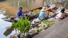 Sprzedawca kobieta z łodzią w Tajlandia Spławowy Targowy Damnoen Saduak blisko Bangkok, Bangkok, Tajlandia obraz stock