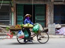 Sprzedawca na ulicie w brzęczeniach Tęsk, Wietnam Obrazy Royalty Free