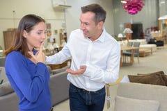 Sprzedawca opowiada klient w meblarskim sklepie Obraz Royalty Free
