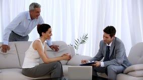 Sprzedawca pisze kontrakcie przed parą zbiory