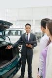 Sprzedawca pokazuje samochodowego bagażnika obrazy royalty free