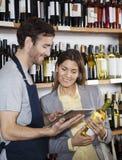 Sprzedawca Pokazuje wino informację klient Na Cyfrowej pastylce Zdjęcie Stock