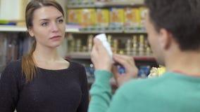 Sprzedawca pomocy klient wybierać produkt w zwierzę domowe sklepie zbiory