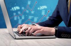 Sprzedawca pracuje na wykresie z laptopem Obrazy Stock