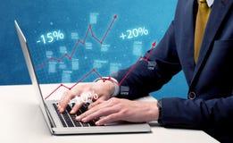 Sprzedawca pracuje na wykresie z laptopem Obraz Stock
