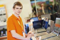 Sprzedawca przy komputerowym sklepem Obraz Stock