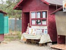 Sprzedawca przy pobocze sklepu bublami soli produkty w miasteczku Prahova w Rumunia i soli Zdjęcie Stock