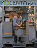 Sprzedawca przygotowywa kasztany dla smażyć Obrazy Royalty Free