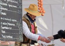 Sprzedawca sprzedaje jedzenie Obraz Royalty Free