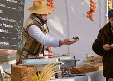 Sprzedawca sprzedaje jedzenie Fotografia Stock