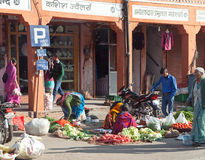 Sprzedawca sprzedaje warzywa w Jaipur ulicie na Styczniu 29, 2014 w Jaipur, India Fotografia Royalty Free