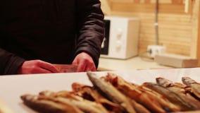 Sprzedawca stoi przy ryba liczy pieniędzy dochody zbiory wideo