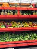 Sprzedawca tropikalne Owocowe Półki Fotografia Royalty Free