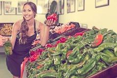 Sprzedawca trzyma świeżą paprykę w rękach w supermarkecie Zdjęcie Royalty Free