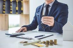 Sprzedawca trzyma klucz i cyrklowanie cena sprzedawać nowego ca Obraz Stock