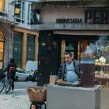 Sprzedawca uliczny na jeden ulicy w starym śródmieściu Obraz Stock