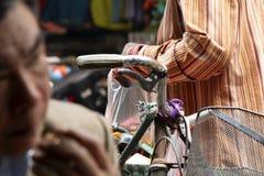 Sprzedawca uliczny pakuje owoc obraz royalty free