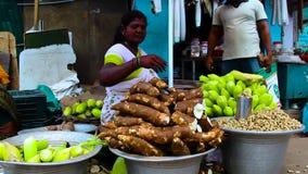 Sprzedawca uliczny przy patrzeć w kamerę w India zbiory
