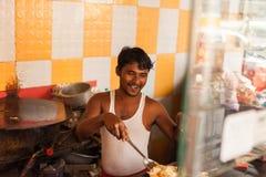 Sprzedawca uliczny przygotowywa jajeczną rolkę Obraz Royalty Free