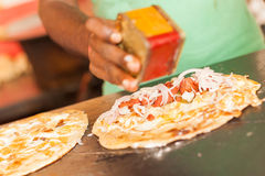Sprzedawca uliczny przygotowywa jajeczną rolkę Obrazy Royalty Free