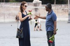 Sprzedawca uliczny róże z turystą Obraz Royalty Free