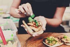 Sprzedawca uliczny ręki robi taco outdoors zdjęcia royalty free