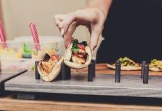 Sprzedawca uliczny ręki robi taco outdoors zdjęcia stock