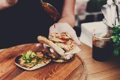 Sprzedawca uliczny ręki robi taco outdoors obraz stock