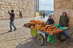 Sprzedawca uliczny sprzedaje bagel chleb Fotografia Royalty Free
