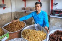 Sprzedawca uliczny sprzedaje rodzynki i wysuszone morele, Shiraz, Iran zdjęcie royalty free
