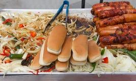 Sprzedawca uliczny z hot dog i piec na grillu cebulami Zdjęcia Royalty Free