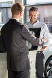 Sprzedawca w przedstawicielstwie firmy samochodowej Zdjęcia Royalty Free