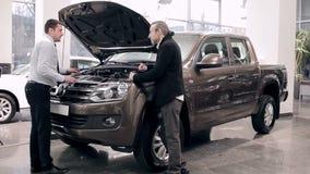 Sprzedawca wyjaśnia o silniku nowy pickup zbiory