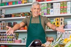 Sprzedawca Z rękami Szeroko rozpościerać supermarket Fotografia Stock