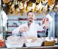 Sprzedawców ofiara wystawiający rodzaje mięso Fotografia Stock