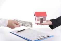 Sprzedawcy agenta wymiany pieniądze z klientem i dom Zdjęcia Royalty Free